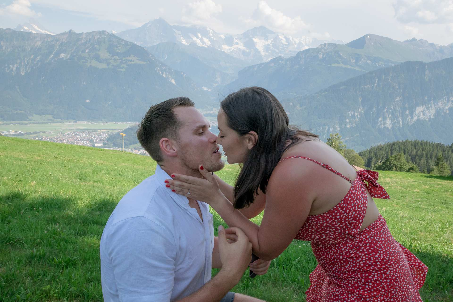 übPhotographer surprise engagement Interlaken